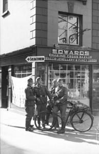 240px-Bundesarchiv_Bild_101I-228-0326-34A,_Guernsey_-_Jersey,_Deutsche_Soldaten