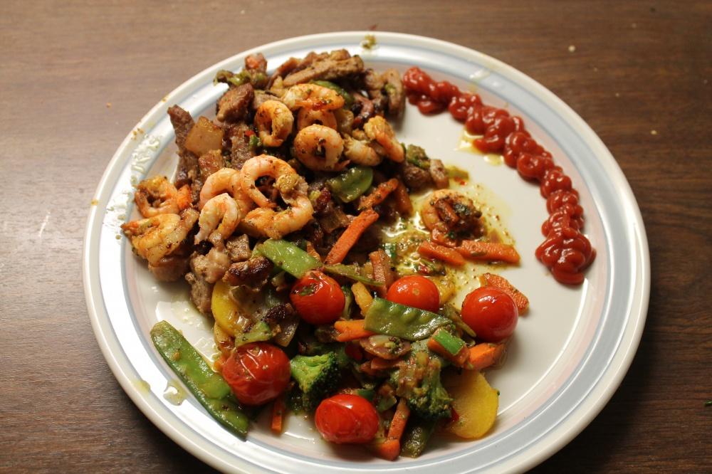 Strimlet svinekjøtt,baconterninger med reker og grønnsaker