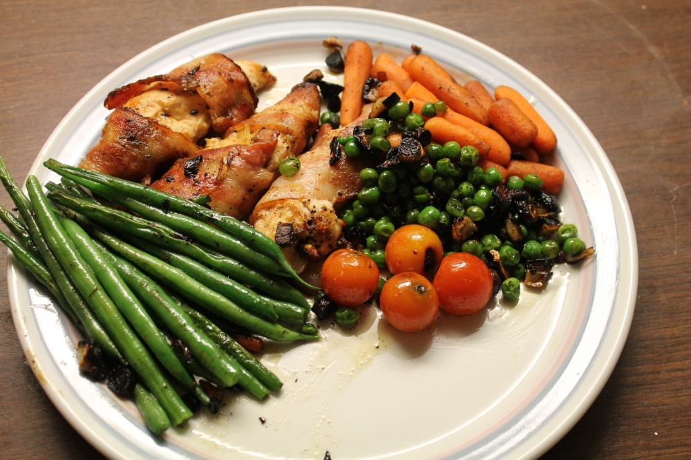Baconsurret kyllingfilet med grønnsaker.