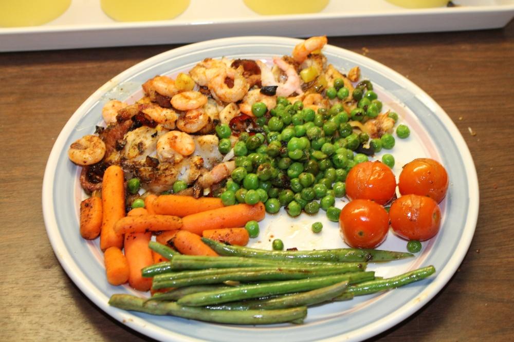 Torskefilet med reker,baconterninger og grønnsaker