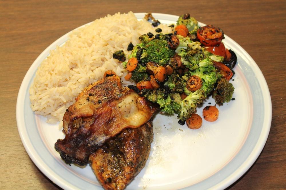 Baconsurret kyllingfilet  med grønnsaker og ris.