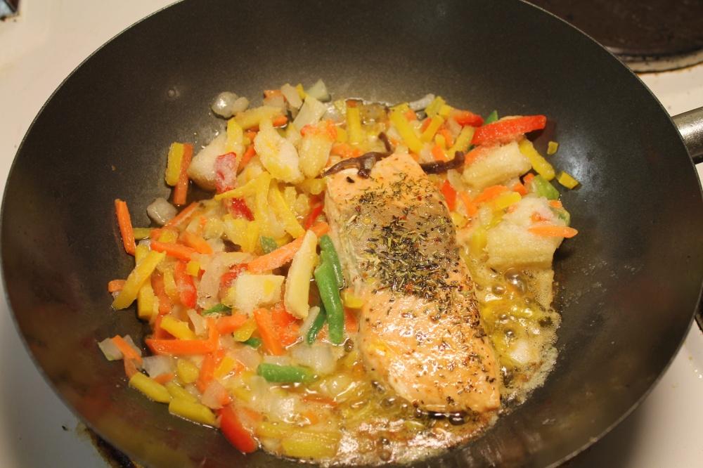 Laksefilet og grønnsaker i wok