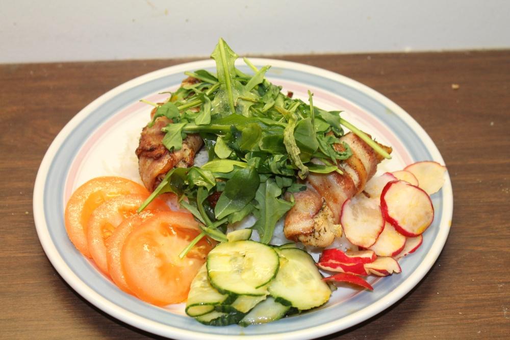 Baconsurret kyllingfilet på ris med salat
