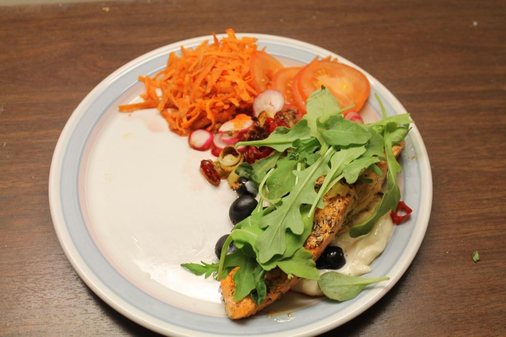 Ørretfilet på alioli og oliven med salat