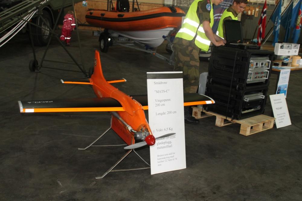 Den minste dronen.Utstyret på pallen ved siden av er kontrollenheten til stordronen.