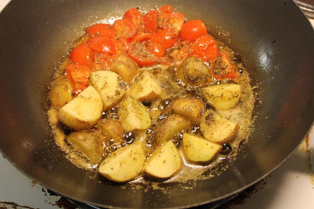 Poteter og tomater i wok