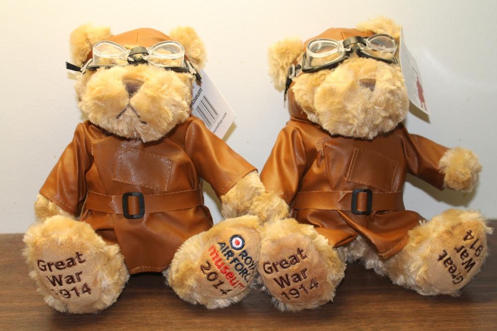 Teddybjørner i flyverutstyr fra første verdenskrig.