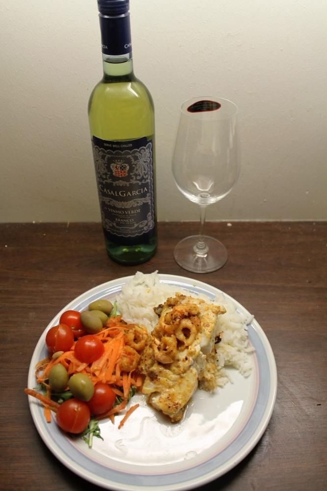 Torskefilet med reker,salat og ris.