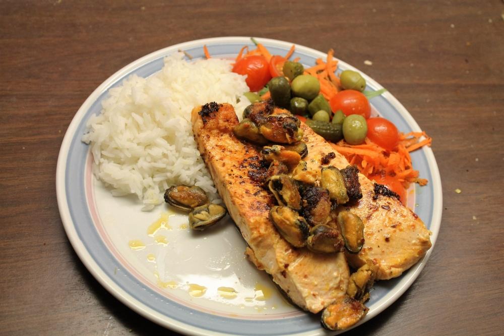Laksefilet med blåskjell, ris og salat.