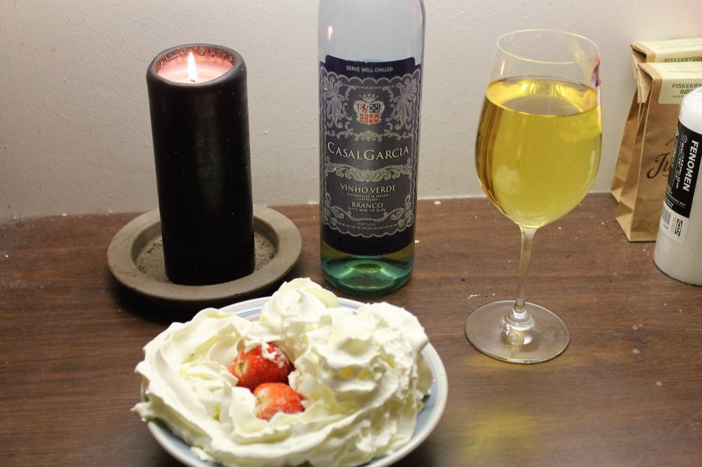 Dessert : Jordbær med krem og hvitvin