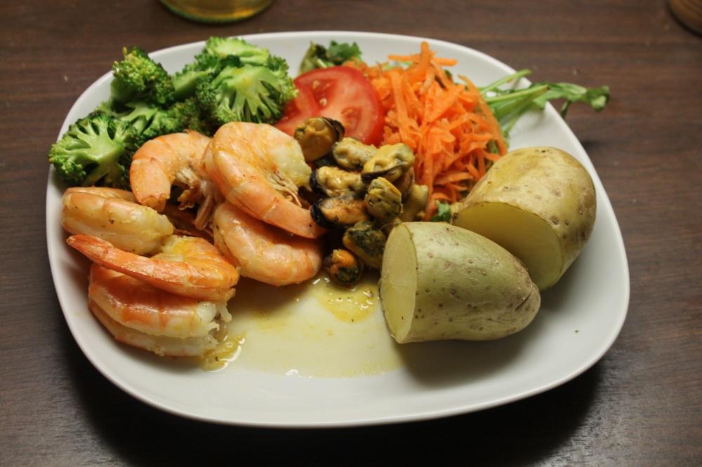 Scampi og blåskjell med potet,brokkolli og salat
